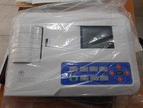 Electrocardiógrafo nuevo con cables, caimanes y papel